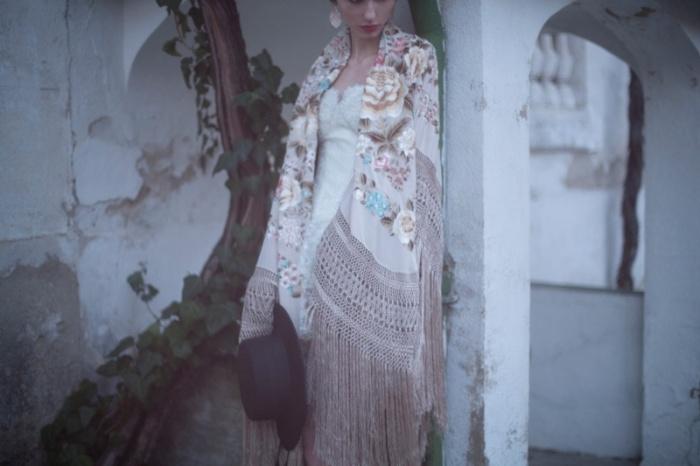 NOVIA-CON-MANTON-DE-MANILA-vestido-de-Ana-Torres